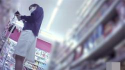 【ナース逆さ撮り盗撮動画】病院近くのコンビニに居た美人看護婦…割れ目に食い込む下着に歓喜する!の画像
