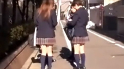 【JKパンチラ盗撮動画】道端で鞄の中を漁ってる女子校生…無警戒な座りパンチラと友達のパンティーを接写撮影!の画像