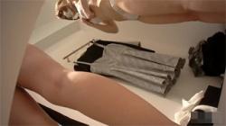 【試着室盗撮動画】アウトレットモールで美女が可愛い衣服を選んで着替えてる姿を女性店員がローアングルで撮影!の画像