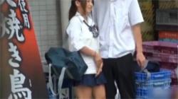 【JKパンチラ盗撮動画】コンビニの前でウンコ座りする女子校生の純白パンツ丸見え…彼氏にスカート捲りもされるぞwwwの画像