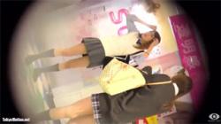 【JK逆さ撮り盗撮動画】女盗撮師がプリクラ撮影を楽しんでるギャル女子校生達のパンチラを収集する!の画像