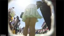 【逆さ撮り盗撮動画】夢の国のディズニーランドでテンション上がってる素人女子のパンツを真下から吟味!の画像