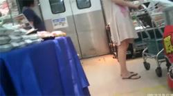 【逆さ撮り盗撮動画】スーパーで彼氏と夕飯の買い物してる白ワンピース着た女子大生の派手な黒柄パンツをゲット!の画像