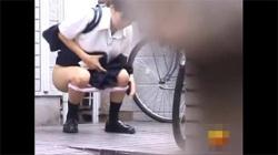 【野外放尿盗撮動画】女子校の周辺を怪しまれないように徘徊していたら、路上などで用を足す制服JKが多数いて隠し撮り!の画像