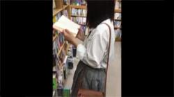 【JK逆さ撮り盗撮動画】書店で立ち読み中の女子校生の純白下着を撮影した後、スカートを精液で汚してみたwwwの画像
