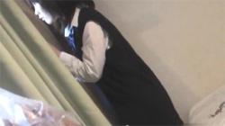 【JCオナニー盗撮動画】妹が制服を中途半端に脱いだ状態でオマンコを弄って痙攣…兄は興奮しながらその様子を隠し撮り!の画像