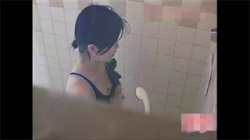 【JCオナニー盗撮動画】水泳クラブの練習後、シャワー室でムラムラした美少女がスク水を着たままオマンコを刺激し出す!の画像