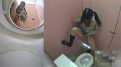 【JKトイレ盗撮動画】女子校生が仲の良い友達と無邪気に立ちションする様子を隠し撮り…悪ノリし過ぎだな!の画像