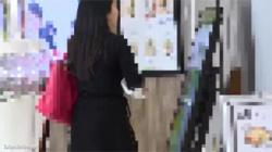 【痴漢盗撮動画】黒ミニスカワンピースに網タイツの人妻を追跡して電車内で手マン責めする!の画像