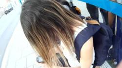 【胸チラ盗撮動画】バス停のベンチに座ってる海外美女のおっぱい谷間を見下ろす…胸のデカさに圧倒される!の画像