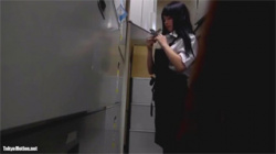【着替え盗撮動画】バイト先の店長に隠し撮りされた黒髪ロングの美少女JK…衝撃的な映像がネットに流出した!の画像