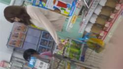 【人妻逆さ撮り盗撮動画】子連れの美貌すぎる奥さんのパンチラ…真下からクロッチ部分を接写撮影!の画像