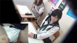 【オナニー盗撮動画】塾の授業中にムラムラした女子校生が机の下でオマンコを弄り敏感に感じ出す!の画像