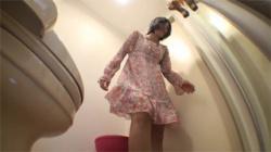 【着替え盗撮動画】黒髪ショートカットが似合う巨乳美女がトイレでレオタードを着用…際どい食い込みが半端ない!の画像