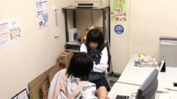 【JKセックス盗撮動画】ロリ顔に似合わずドスケベな女子校生!万引きを見逃す代わりに中出しSEX!の画像
