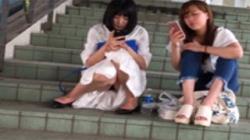 【パンチラ盗撮動画】階段に座ってスマホ弄ってる清楚な女子大生の黒いパンツを正面から楽しむ!の画像