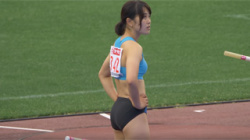 【陸上女子盗撮動画】女子棒高跳の美女選手の若園茜さんのムッチリ美脚と少し膨らんだ胸を撮影!の画像
