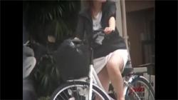 【自転車パンチラ盗撮動画】街中で毎回願うチャリに乗る女性のスカートの中!好きなだけ覗いて下さい!の画像