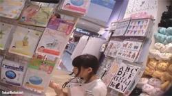 【JS逆さ撮り盗撮動画】二人のロリ少女がパンチラの被害に…可愛いらしい綿パンツをズーム撮り!の画像