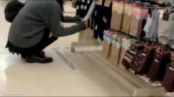 【JKスカート捲り盗撮動画】買い物で座り込む女子校生のスカートを傘のハンドルで捲ってパンモロ隠し撮り!の画像