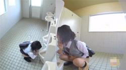 【JKトイレ盗撮動画】女子便所が利用出来ず仕方なく男子便所で放尿する女子校生たち…立ちションする姿に驚いた!の画像