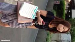 【街撮り逆さ撮り盗撮動画】美人お姉さまのロングスカート内の生足とパンティーを隠し撮り!の画像