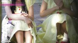 【座りパンチラ盗撮動画】ペアルックの激カワ女の子が無邪気に体育座りをしてスカートの中を無条件公開!の画像