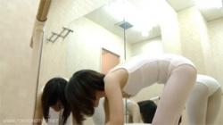 【新体操教室盗撮動画】練習後に鏡張りの部屋で着替えるショートヘアの可愛い女性…ケツ丸見えのTバックが堪らん!の画像