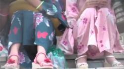 【ロリパンチラ盗撮動画】楽しいお祭りにやってきたロリ娘の悲劇…隠しきれず狙われてしまった浴衣の裏!の画像