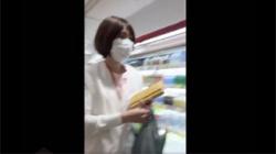 【ナースパンチラ盗撮動画】スーパーで買い物中の看護師の縞パンを撮影…少しハミ毛が映ってヤバイ!の画像