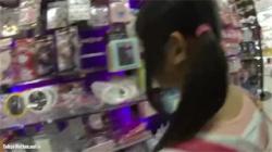 【JSパンチラ盗撮動画】ついにやってしまったロリ娘を狙った鬼畜カメラ!可愛い脚とパンツ丸見え!の画像
