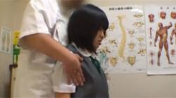 【JKマッサージ盗撮動画】部活帰りの制服美少女が整体師の性的悪戯を受けている様子を隠し撮り!の画像
