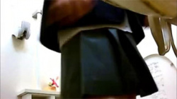 【JKコンビニトイレ盗撮動画】次々とやって来る激カワな女子校生の小便する姿を設置した隠しカメラが捉える!の画像