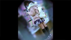 【JC逆さ撮り盗撮動画】書店で隙を見せまくるロリ少女の綿パンツを隠し撮り…太ももが神々しい!の画像