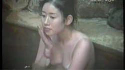 【露天風呂盗撮動画】日焼け姿クッキリ美人がリラックスして湯船に浸かる様子を隠し撮り!の画像