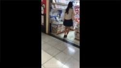 【パンチラ盗撮動画】本屋で何を買うかを悩んでいるお姉さんに接近して食い込みパンツとご対面!の画像