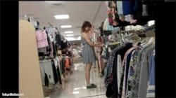 【アパレル店員盗撮動画】ワンピース姿の少しムチムチ体型の可愛い店員の胸チラとパンチラをゲット!の画像
