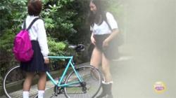 【JK迷惑盗撮動画】暇を持て余した女子校生たちが悪戯野ション…悪ふざけが過ぎる様子を隠し撮り!の画像