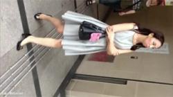【逆さ撮り盗撮動画】ノースリーブワンピースの大人女性の食い込んだ赤色色パンツがエチエチ過ぎて釘付け!の画像