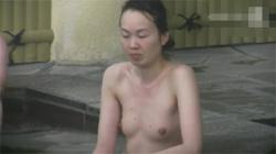 【熟女露天風呂盗撮動画】四十路以上の素人おばさんのちょっと弛んだ肉体を無差別に覗きまくる!の画像