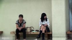 【JKパンチラ盗撮動画】街中のベンチに座る女子学生を眺めてるとパンツが見れた…モリマン過ぎてヤバイwwwの画像