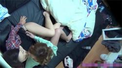 【レズセックス盗撮動画】ワンルームに暮らすレズビアンカップル…ぺニバン装着してイチャつく様子を隠し撮り!の画像