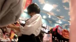 【JKスカート捲り盗撮動画】ショートヘア、黒二ーソ、ミニスカの女子校生…色白綿パンツを大胆に撮影しまくる!の画像