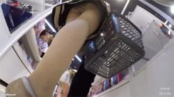 【逆さ撮り盗撮動画】綺麗なお姉さんの美脚とパンツが大好物!その股に顔を埋めたくなる事間違いなし!の画像