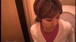 【トイレオナニー盗撮動画】自分の下着を頭に被ったり、匂いを嗅いで性感帯を弄る変態女性が本当にヤバイ!の画像