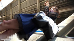 【OL逆さ撮り盗撮動画】朝の通勤ラッシュで見かけたお姉さんのド派手な下着を駅ホーム&電車内で接写撮影!の画像