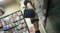 【JK逆さ撮り盗撮動画】本屋で立ち読みするギャル系女子校生のおぱんちゅを粘着して撮影…アングル最高で見応えあり!の画像