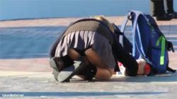【JKパンチラ盗撮動画】修学旅行でディズニーランドに訪れて彼氏と自撮りして下着が見えちゃってる彼女が可愛いぞ!の画像
