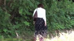 【野外放尿盗撮動画】トイレに入れずに困りに困った彼女がとった行動は物陰で野ション!しかし通行人に見られてしまい大パニック!の画像