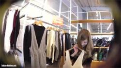 【店員パンチラ盗撮動画】笑顔が可愛いアパレルのお姉さんがスカート内を逆さ撮りされパンツ覗かれる!の画像